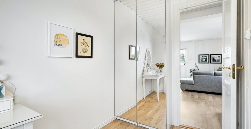 Godt utnyttet med garderobeskap og veggenhengt skap
