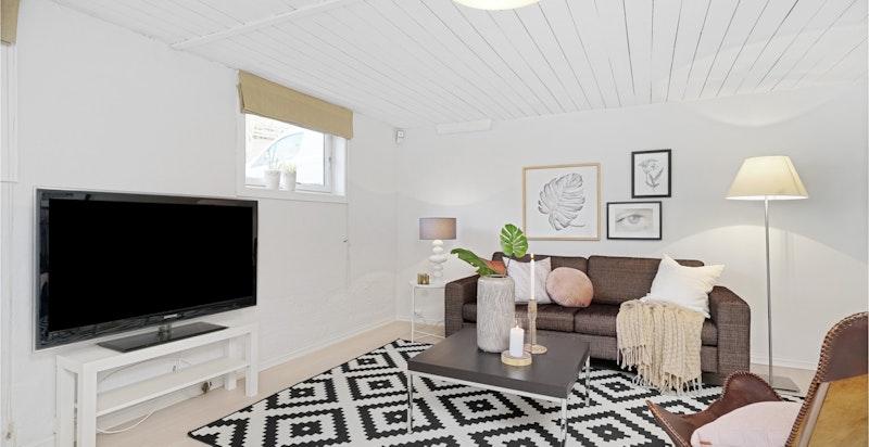 Praktisk og koselig TV-stue i kjelleren
