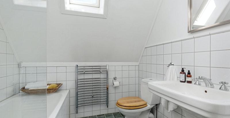 Flislagt bad som betjener loftetasjen.