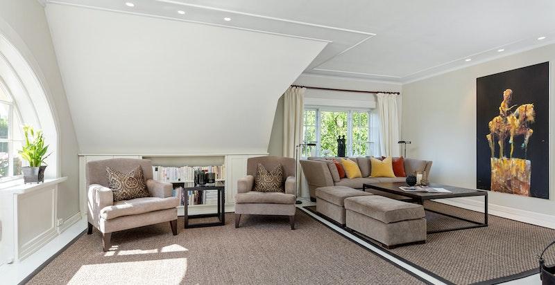 Lys og luftig stue med god plass til sittegrupper.