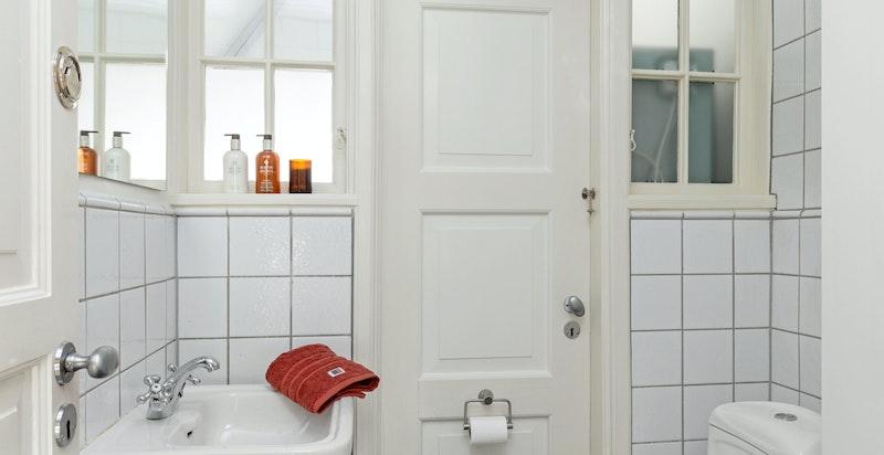 Separat wc i forbindelse med vaskerom.