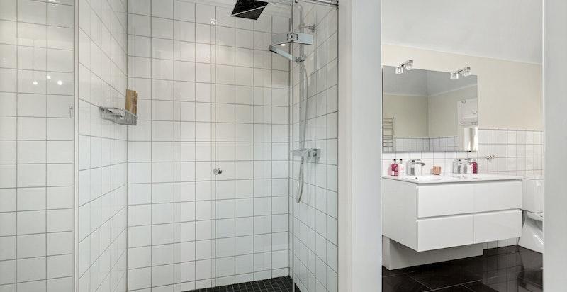 Flislagt baderom oppgradert i 2010.