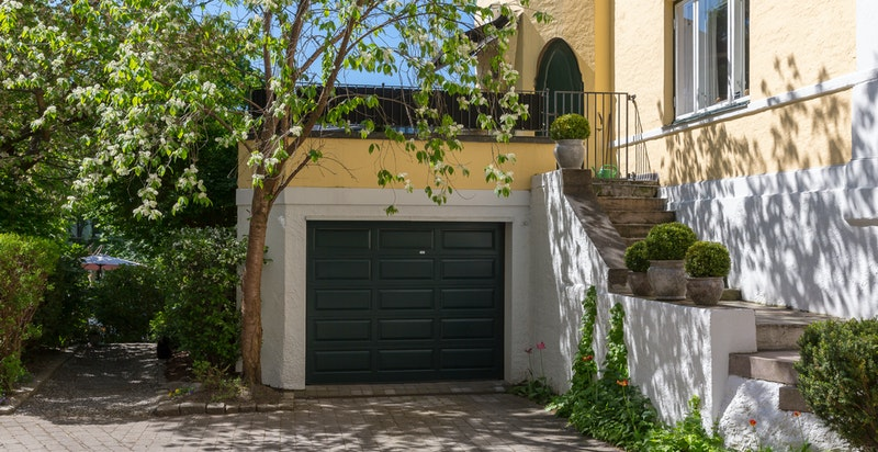 Det medfølger egen, romslig garasje på 22 m² og biloppstillingsplass.