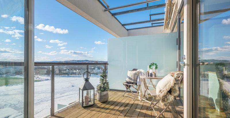 Syd-vestvendt terrasse uten sjenerende innsyn. Elektrisk styrte markiser