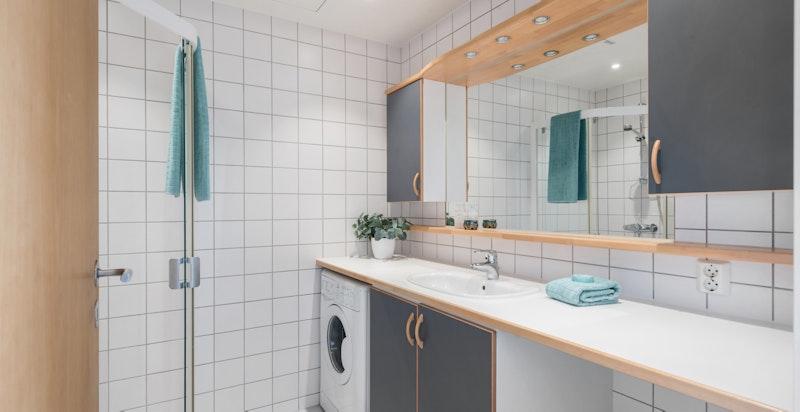 Flislagt dusjbad med varmekabler i gulv