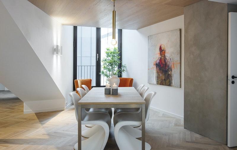 Lekre detaljer og god plass til stor spisestue med vindusdører mot fransk balkong