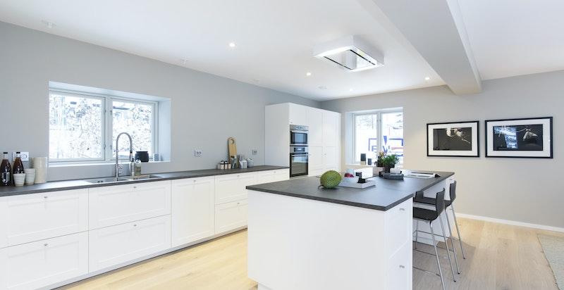 Kjøkkenet er romslig med meget god benk- og skaplass både langs vegg og på kjøkkenøy.