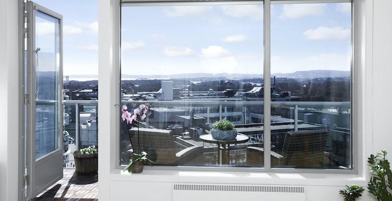 Flott utsikt og utgang til balkong fra stuen