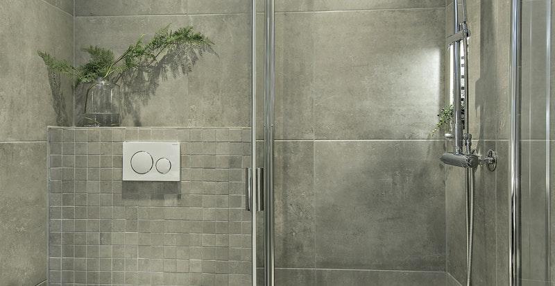 Lekkert baderom med både dusj og badekar