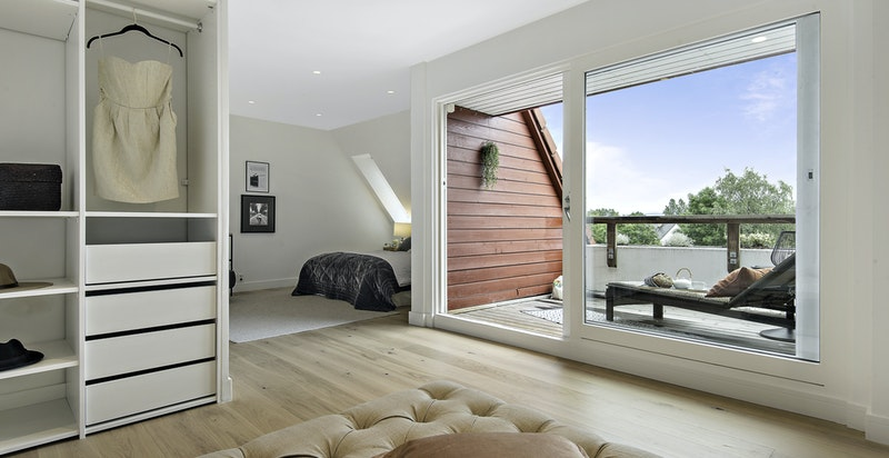 Garderoberommet har opplegg for TV/internett i veggen og kan enkelt gjøres om til TV-stue