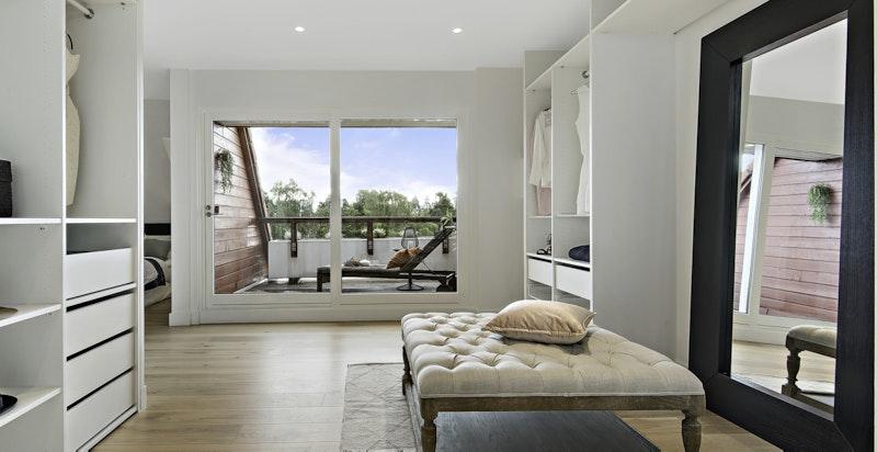 Leiligheten har egen mastersuite med både eget garderoberom, egen terrasse og eget bad