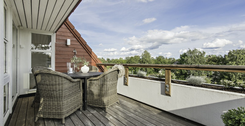 Solrik terrasse på ca. 12 kvm med god plass til sittegruppe
