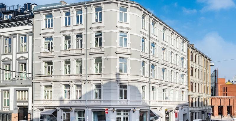 Fasadebilde - Hegdehaugsveien 1. Leiligheten ligger i fjerde etasje og er hjørnet som er rett imot.