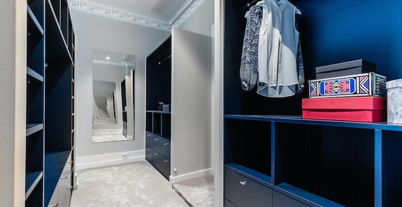 Garderobe for den kresne. Rikelig med oppbevaringsplass