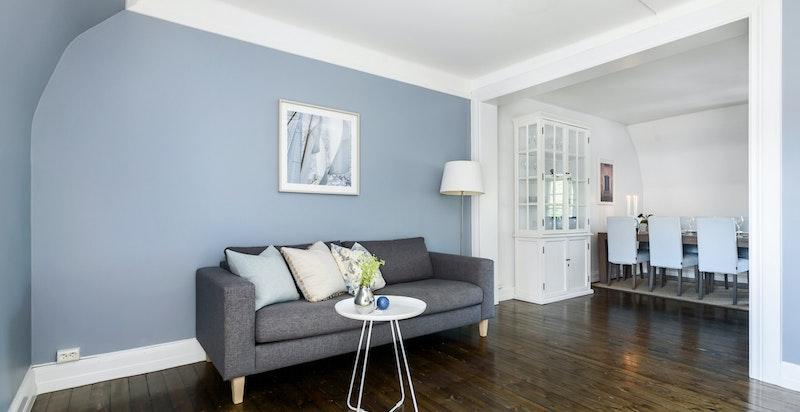 TV- stuen vender inn samme vei som soverommene og har nydelig utsikt over området.