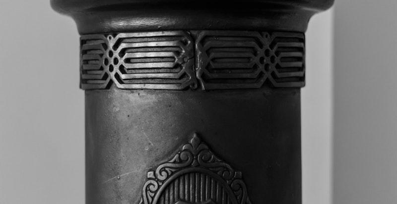 Original rundpeis med krone i spisestuen. Borettslaget rehabiliterte pipeløpene for få år tilbake.