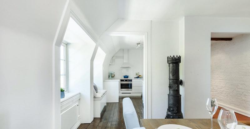 Stuen, spisestuen og kjøkkenet henger sammen og gir leiligheten en fin dynamikk.