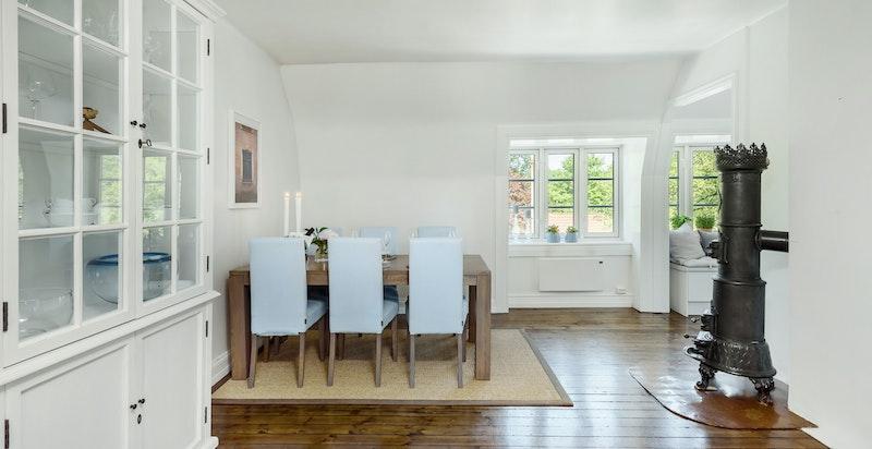 Gjennomgående leilighet med store vindusflater som gir mye naturlig lys og en god romfølelse.