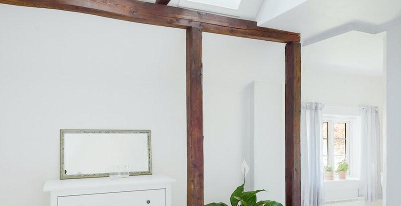 Hovedsoverommet har både tak og vanlige vinduer. Innerst på soverommet har man et eget lite kontor, som eierne idag benytter som barnerom.