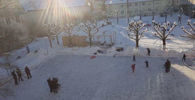Bildet tatt fra leilighetens stue ned mot bakgården på vinterstid.