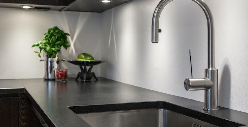 Detalj kjøkken. Lekker benkeplate i sort sten.