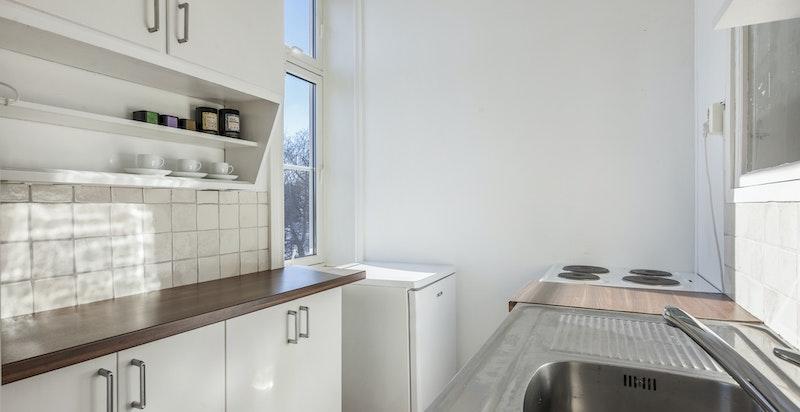 Separat og fint kjøkken med god skap- og benkeplass