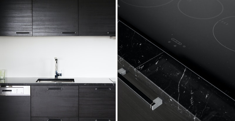 Kjøkken med innredning fra 2018 og lekker benkeplate av marmor.