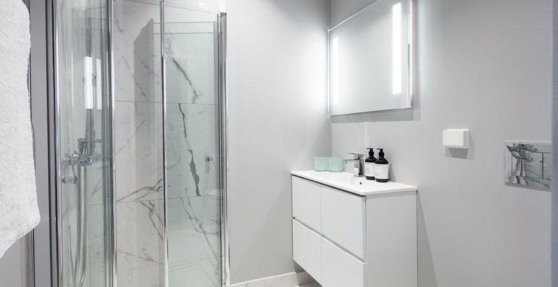 Gjestebad inneholder servant, vegghengt WC og dusjhjørne