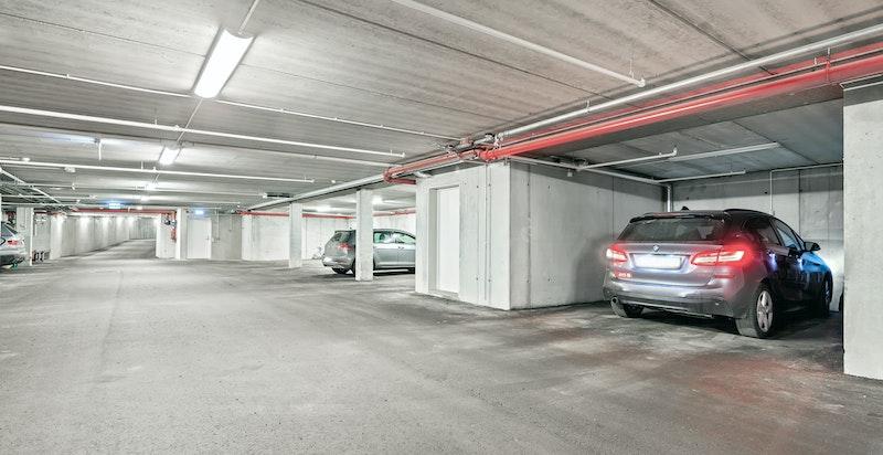 To garasjeplasser i felles anlegg. Den ene er spesielt stor og privat, og har opplegg til elbillading