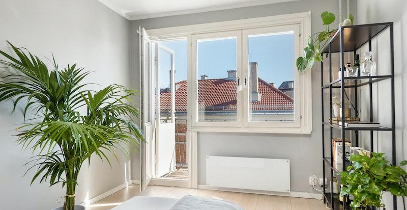 I tillegg har stuen en liten,østvendt balkong med morgensol.
