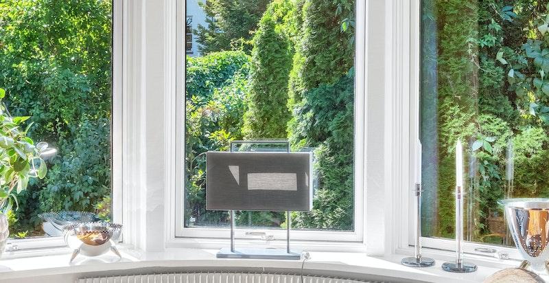 Klassisk funkisarkitektur med mange flotte detaljer, bl.a. det karakteristiske buede vindusbeltet i hovedstuen