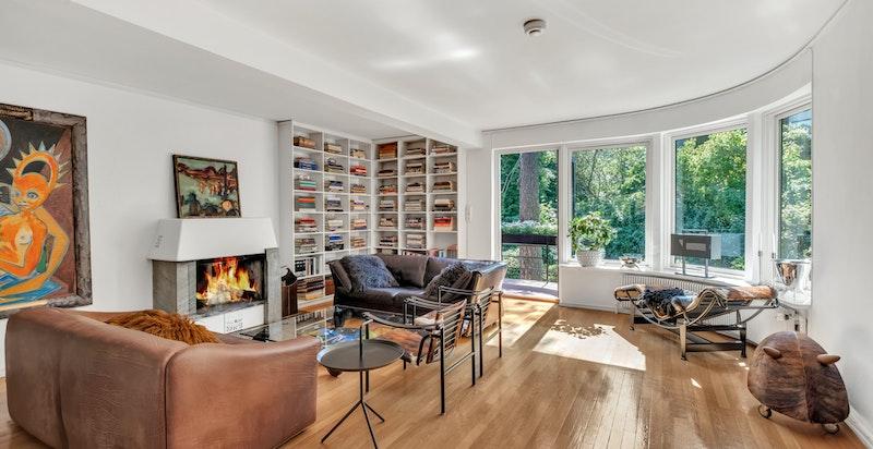 Hyggelig stue med peis og utgang til solrik balkong på ca. 5 kvm.