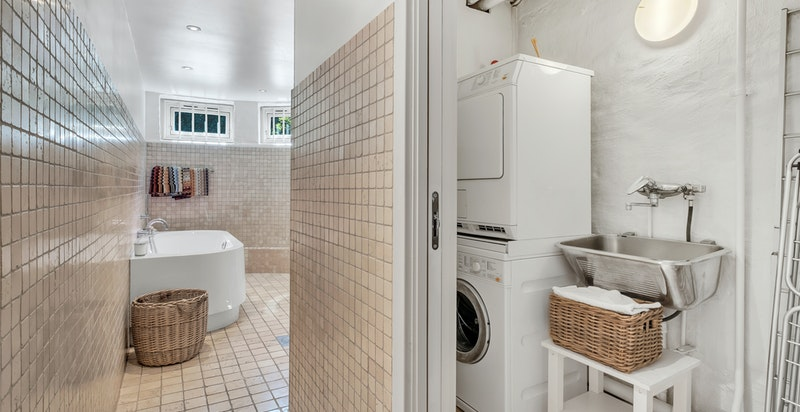 Vaskeromavdeling med opplegg til vaskemaskin, stålkum, ventil i vegg, radiator i tak, skyvedør