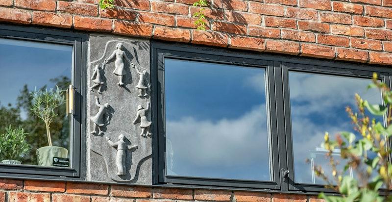 Vakkert relieff i vindusbeltet på fasaden mot Solheimgata