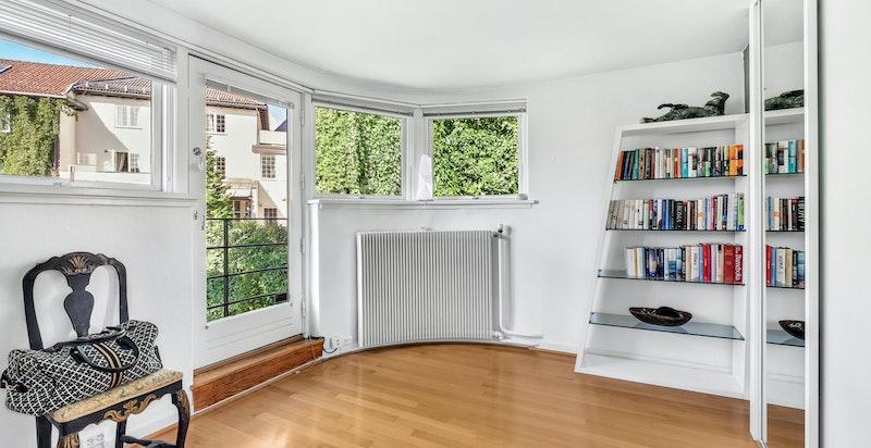 Også i hovedsoverommet finnes det buede vindusbeltet som er et av mange klassiske tidstypiske detaljer i huset