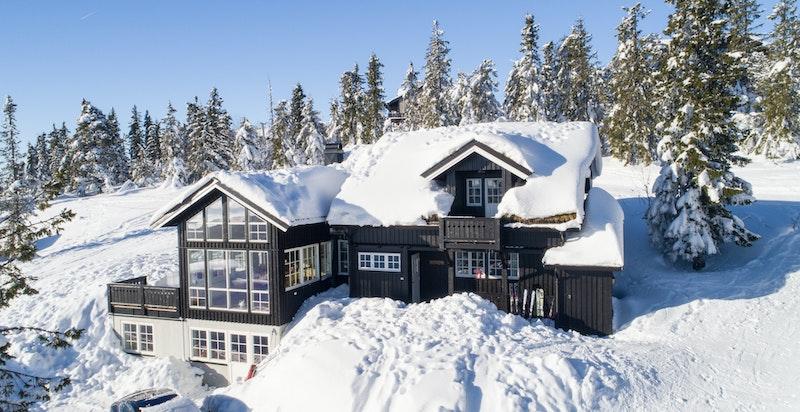 Hytta er beliggende midt i Norefjell alpinanlegg, dog skjermet og lunt.