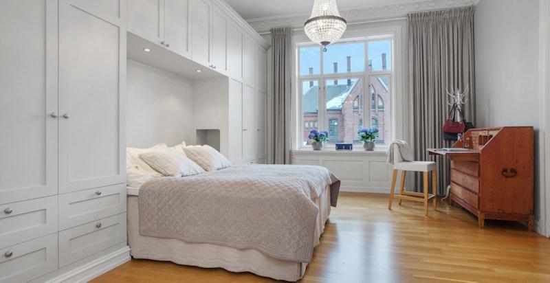 Hovedsoverom har rikelig med plassbygget garderobeinnredning