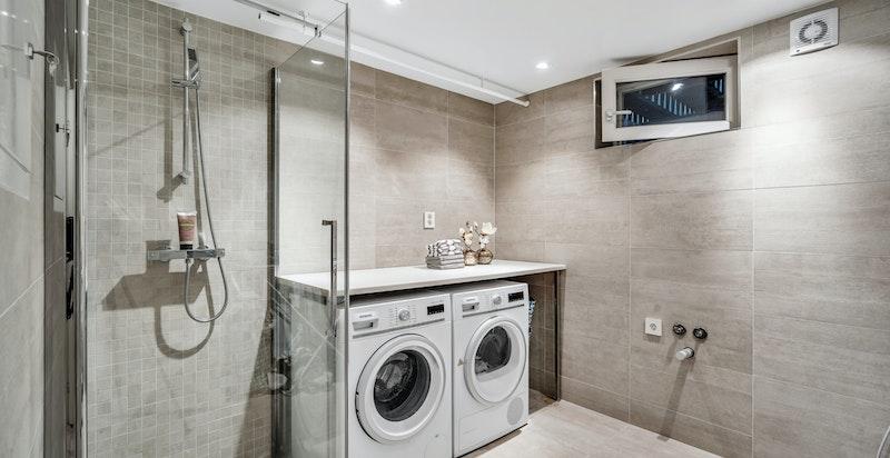 Delikat vaskerom med dusj i u. etasjen