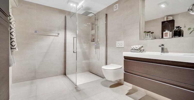 Lekkert bad i tilknytning til kjellerstuen