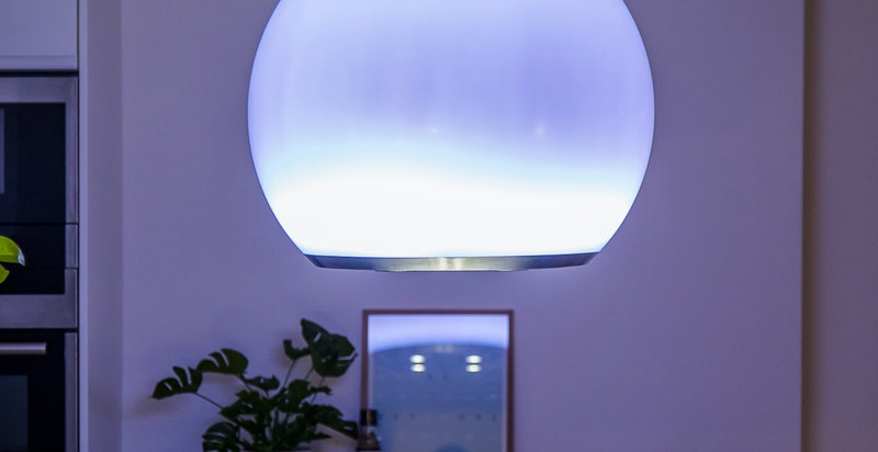 Stilig belysning fra takhengt ventilator på kveldstid