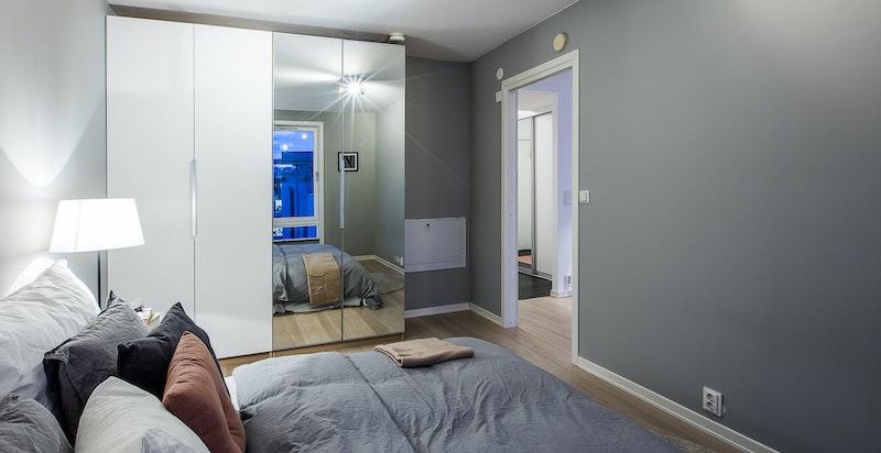 Garderobeskap med speildører til lagring av klær