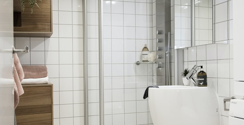 Lekkert flislagt baderom med varmekabler i gulv