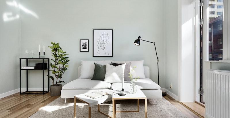 Stuen har store vegg- og vindusflater som gir en god atmosfære