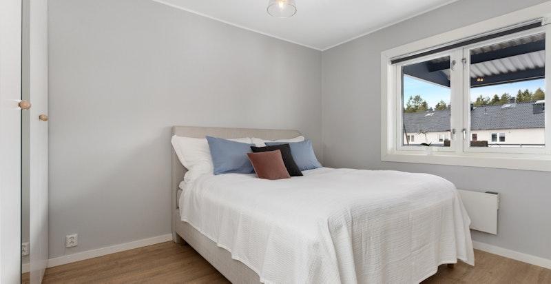 Hovedsoverom med god plass til dobbeltseng og nattbord på hver side
