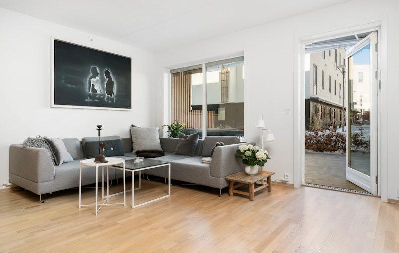 Lys, åpen stue med utgang til stor terrasse
