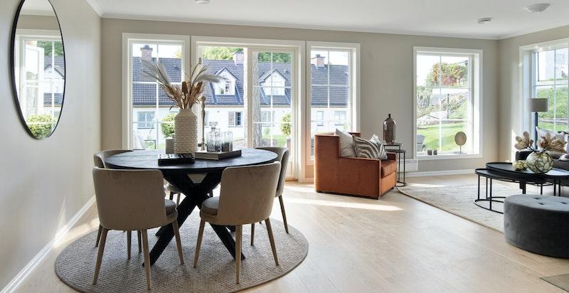 Meget tiltalende og lys stue med store glassflater i to retninger