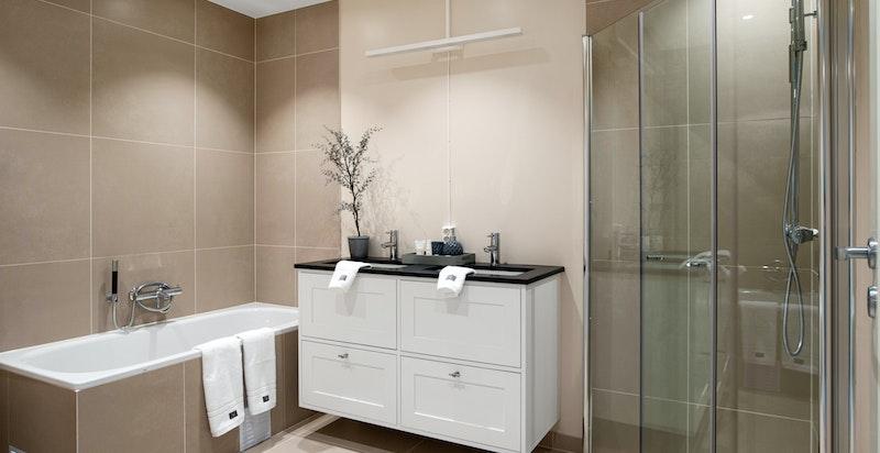Stort og delikat hovedbad m/badekar, romslig dusjsone og påkostet innredning (speil m/lys over servanter blir montert, stikk flyttet)