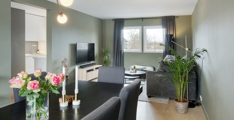 Stue med fin rominndeling med plass til spisestue