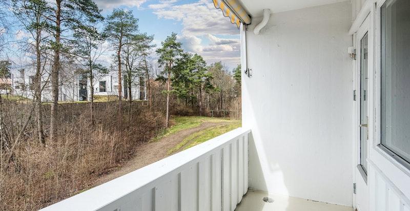 Fint utsyn fra balkong til grøntområder