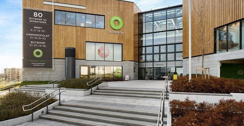 Fornebu Senter med 80 butikker, spisesteder, vinmonopol m.m.